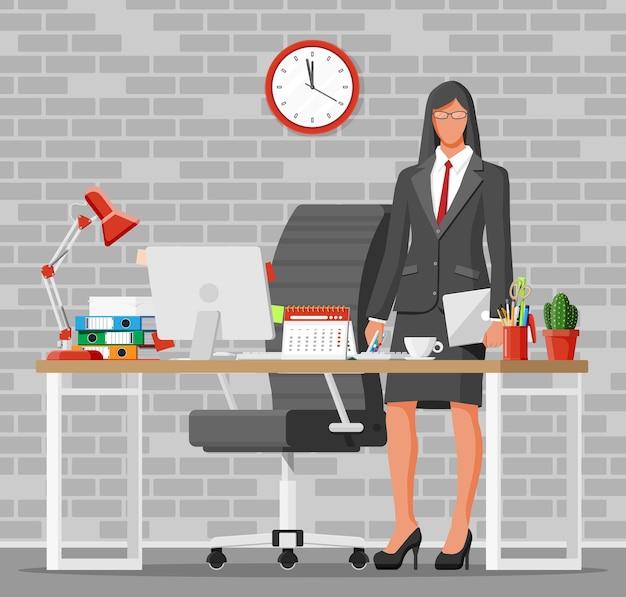 Kobieta w pracy. nowoczesna przestrzeń do pracy w biurze kreatywnym. miejsce pracy z lampą komputerową, zegarem, książkami, kawą, kalendarzem, krzesłem, biurkiem i artykułami biurowymi. biurko z elementami biznesowymi. płaska ilustracja wektorowa