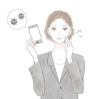 Kobieta w średnim wieku w garniturze ze smartfonem zarażonym wirusem. na białym tle.