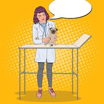 Kobieta weterynarz bada mopsa