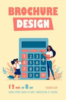 Kobieta wyjaśnia dziewczynie, jak korzystać z szablonu ulotki kalkulatora