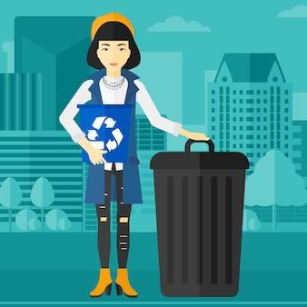 Kobieta z kosze recyklingu