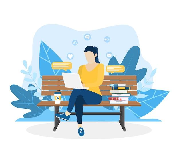 Kobieta z laptopem siedząca na łonie natury