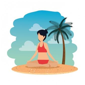 Kobieta z swimsuit ćwiczy joga na plaży