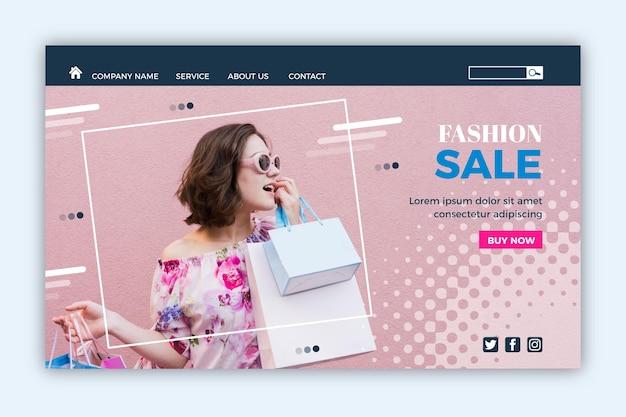 Kobieta z torba na zakupy mody sprzedaży lądowania stroną