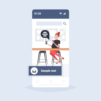 Kobieta za pomocą laptopa czat bańka social media komunikacja koncepcja dziewczyna kawiarnia gość siedzi przy biurku licznika picia kawy online mowy rozmowy smartphone ekran pełnej długości