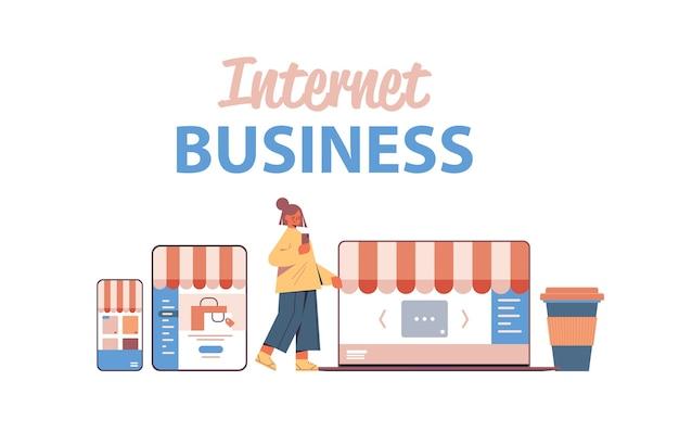 Kobieta za pomocą smartfona zakupy online na stronie internetowej aplikacja biznes e-commerce koncepcja marketingu cyfrowego ekrany urządzeń cyfrowych