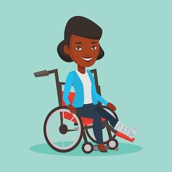 Kobieta ze złamaną nogą, siedząc na wózku inwalidzkim.