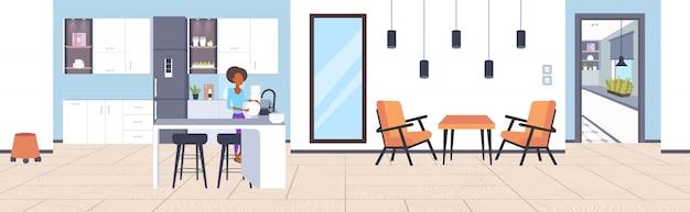 Kobieta zmywanie naczyń african american gospodyni domowej roboty zmywanie naczyń koncepcja czyszczenia nowoczesna kuchnia wnętrze pełnej długości szkic poziomy