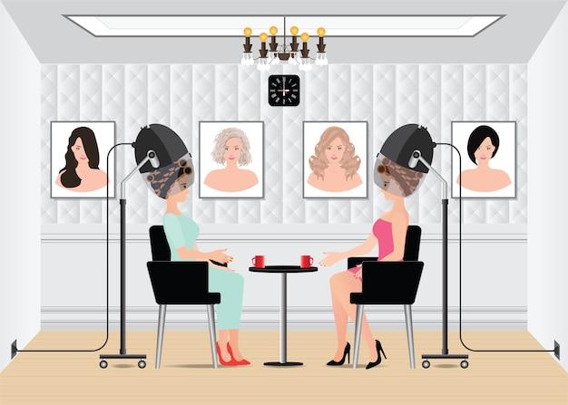 Kobiety czekają na podczas suszenia pod suszarką do włosów w salonie piękności.