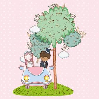 Kobiety i mężczyzna ślub w samochodzie z drzewem