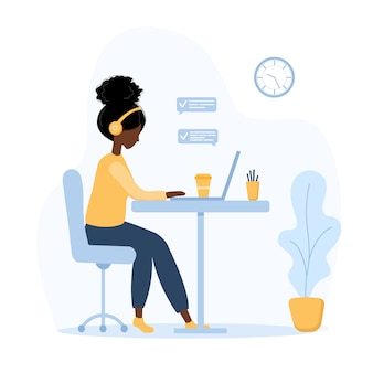 Kobiety na własny rachunek. afrykańska dziewczyna w słuchawkach z laptopem siedząc przy stole. ilustracja koncepcja pracy w domu, nauki, edukacji, komunikacji, zdrowego stylu życia. wektor w stylu płaski.