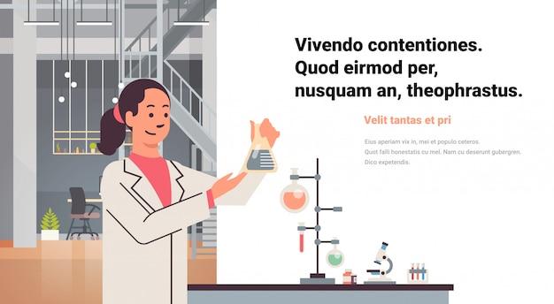 Kobiety-naukowcy pracujący laboratorium robiące badania zakraplacz probówki kobieta naukowiec badanie chemikalia eksperymenty nowoczesne laboratorium