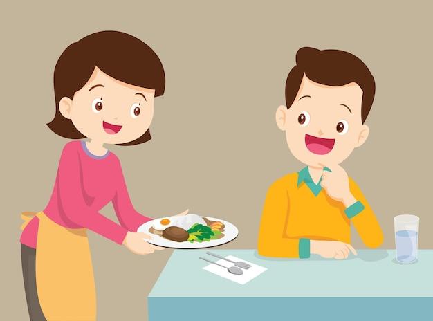 Kobiety serwujące jedzenie mężczyźnie żonie