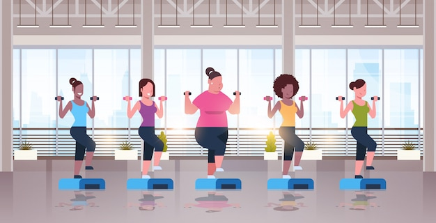 Kobiety trzymające hantle robi przysiady na platformie krok różnych typów ciała dziewczyna trenuje w siłowni