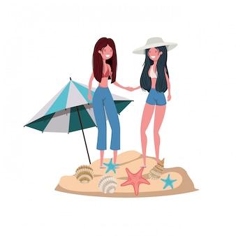 Kobiety z kostiumem kąpielowym na plaży i parasolem