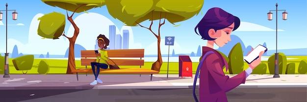 Kobiety ze smartfonami w parku miejskim spacerujące i siedzące na ławce, używające wi-fi do łączenia się z internetem, komunikowania się i wysyłania wiadomości. dziewczyny używają telefonów komórkowych na zewnątrz, ilustracja kreskówka wektor
