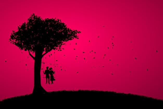 Kochanek para jest usytuowanym wpólnie na huśtawce pod dużym drzewem.