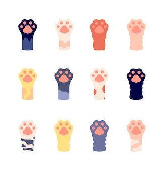 Kocie łapy. zwierzęce łapy z bliska. płaskie ślady dzikiego kotka z pazurami. śliczne ikony zwierząt domowych kreskówek. zestaw stóp do dzikiego lamparta lub tygrysa. zwierzę łapa kota, futro kociaka, ilustracja wzór lamparta