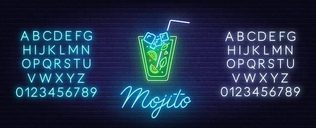 Koktajl mojito neon znak na tle ceglanego muru.