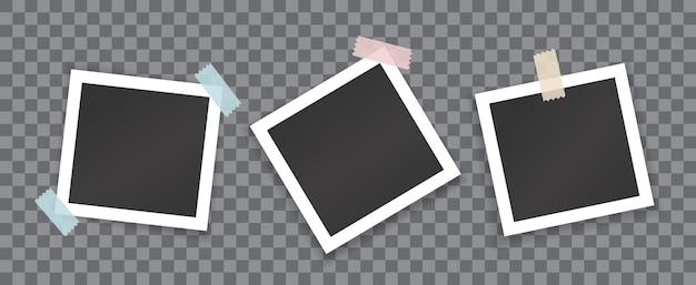 Kolaż pustych fotografii z naklejkami na przezroczystym tle. makieta wektorowa białych kwadratowych ramek do zdjęć sklejonych kolorową taśmą klejącą