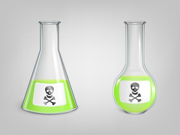 Kolby z trucizną i czaszki z kości znak niebezpieczeństwa na zestaw etykiet. magiczna mikstura, chemiczny zielony toksyczny płyn w laboratoryjnych zlewkach sferycznych i stożkowych z ikoną jolly roger