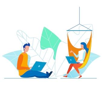 Koledzy, pracujący w cozy open office space
