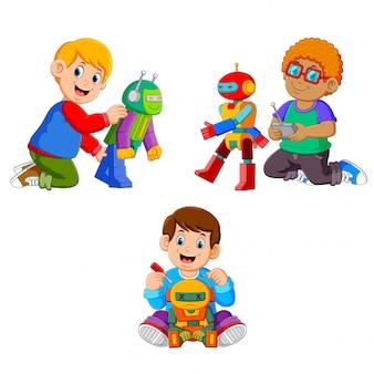 Kolekcja chłopców bawiących się ich robotami