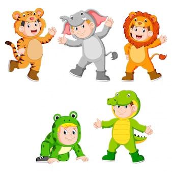 Kolekcja dzieci ubranych w urocze stroje z dzikich zwierząt