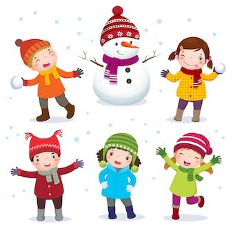 Kolekcja dzieci z bałwanem w stroju zimowym