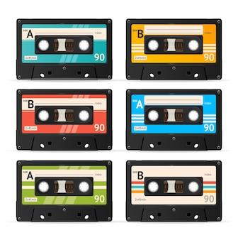 Kolekcja kolorowych kaset magnetofonowych na białym tle.