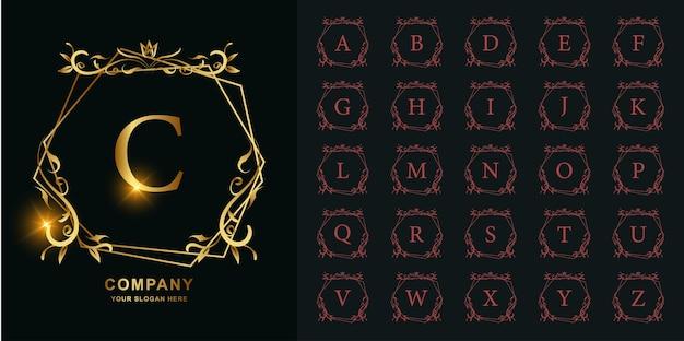 Kolekcja litery c z luksusowym ornamentem kwiatowym