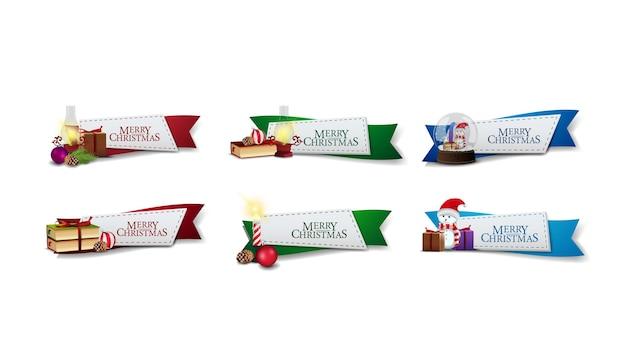Kolekcja naklejek świątecznych w postaci wstążek ozdobionych prezentami i elementami świątecznymi. powitanie banerów internetowych na białym tle