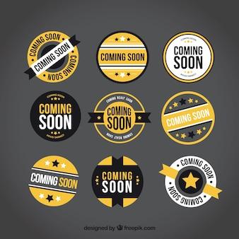 Kolekcja okrągłych, wkrótce etykiet z żółtych elementów