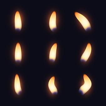 Kolekcja płomieni świec w ciemności