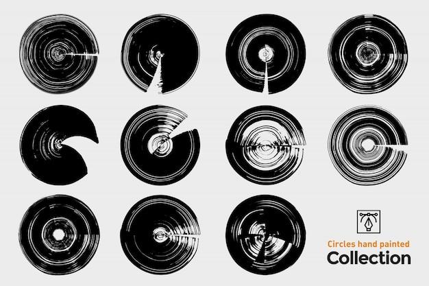 Kolekcja ręcznie malowane na białym tle koła. czarne ręcznie malowane pociągnięcia pędzlem. zestaw okrągłych ram grunge.