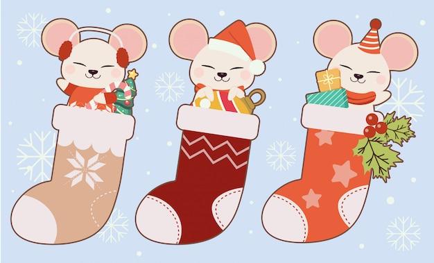 Kolekcja ślicznej myszy w skarpetkach świątecznych, choince, piłce i pudełku.
