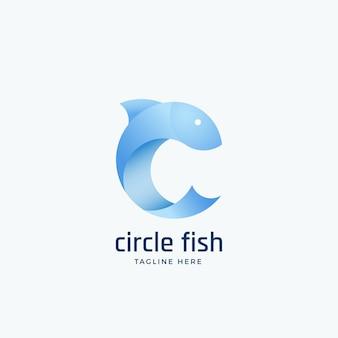 Koło fishsign, godło lub logo szablon. sylwetka w formie litery c. jasnoniebieski czysty kolor gradientu.