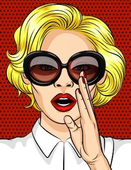 Kolor ilustracji wektorowych w stylu pop-art. kobieta, blondynka w ciemnych okularach, zdradza sekret. piękna dama z czerwonymi ustami trzyma dłoń przy ustach.