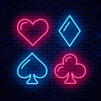 Kolor kart, poker, blackjack, neonowe ikony. świecące szyld kasyna.