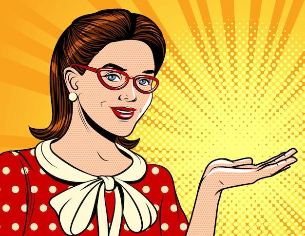 Kolor pop-art styl ilustracji kobiety przedstawiającej produkt. atrakcyjna brunetka w okularach trzyma rękę pokazując coś.