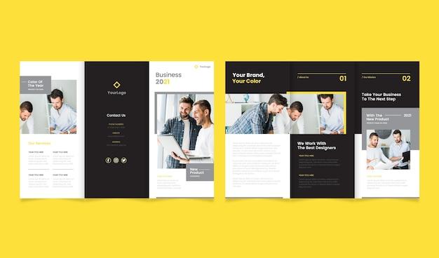 Kolor roku 2021 potrójny szablon broszury