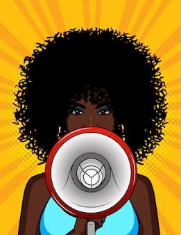 Kolorowa ilustracja amerykanin afrykańskiego pochodzenia dziewczyna z głośnikiem w jej ręce. stylowa kobieta mówi megafonem. portret młodej dziewczyny z kręconymi włosami z ustnikiem