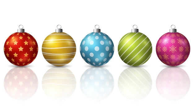 Kolorowe boże narodzenie piłki na białym tle
