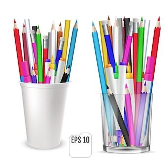 Kolorowe kredki i flamastry w szklance do biura. zestaw kolorowych ołówków, stoi pionowo w szklance na białym tle.