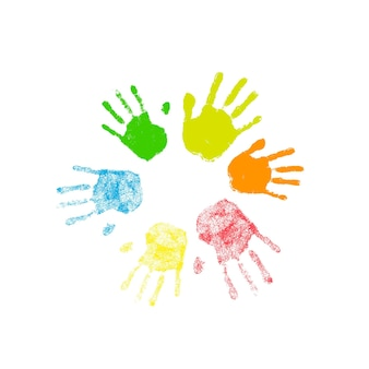 Kolorowe sylwetki ludzkich odcisków dłoni ułożonych w okrąg na białym tle