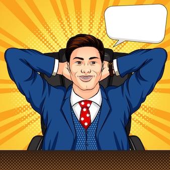 Kolorowy komiksowy styl pop-art ilustracja mężczyzny siedzącego w biurze. sukcesy biznesmen odpoczywa przy biurku. uśmiechnięty pracownik z rękami krzyżować za głową. szef zrelaksowany w pracy