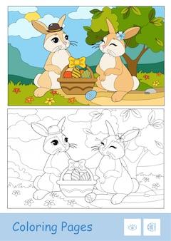 Kolorowy szablon i bezbarwny obraz konturowy uroczej pary wielkanocnych królików z pisankami w koszyku.