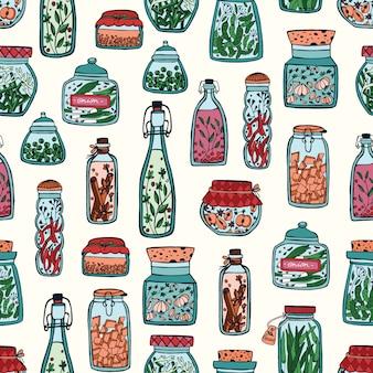 Kolorowy wzór z marynowanymi warzywami i przyprawami w szklanych słoikach i butelkach