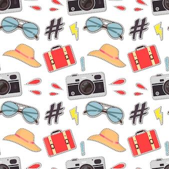 Kolorowy wzór z słodkie aparaty retro, walizka, okulary przeciwsłoneczne