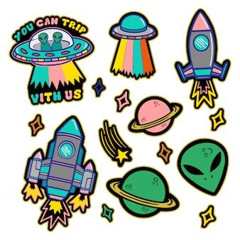 Kolorowy zestaw naszywek, naklejek, odznak z ręcznie rysowanymi obiektami w stylu kosmicznym: gwiazdami, planetą, kosmitą, ufo, statkiem kosmicznym. druk dla dzieci w stylu bazgroły.